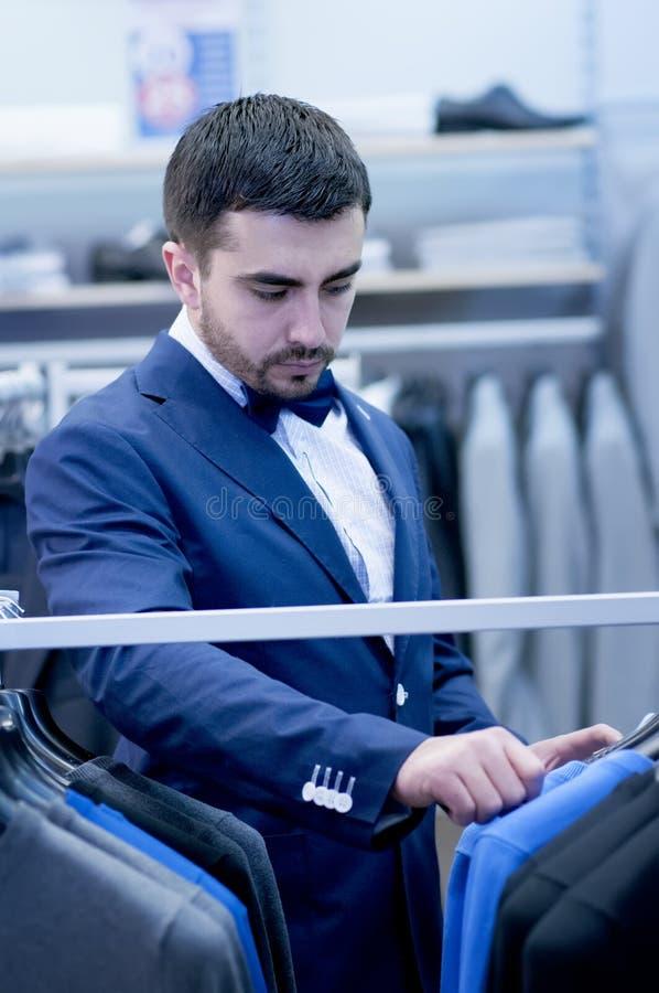 Młody człowiek w butiku odzież obraz stock