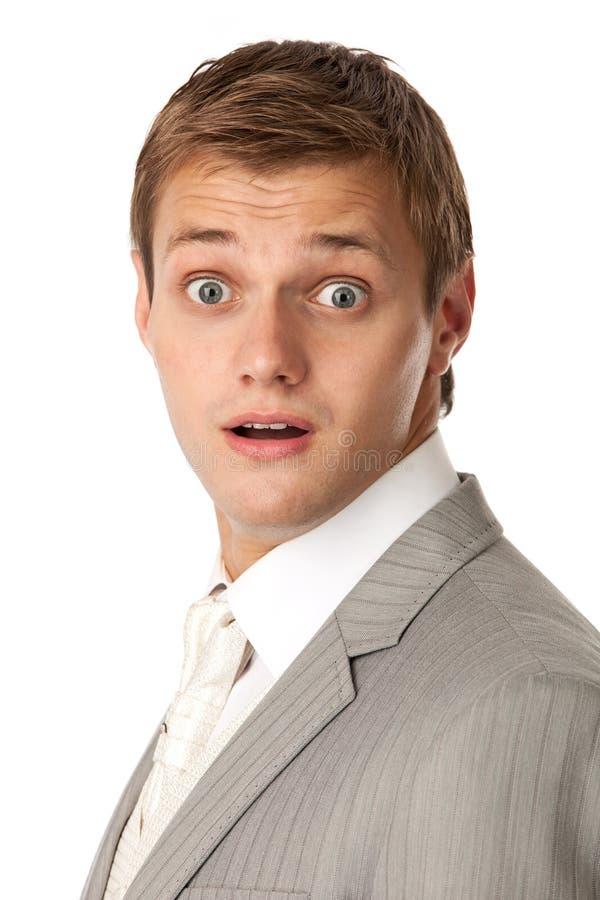 Młody człowiek w kostiumu przyglądającym bardzo szokującym zdjęcia stock