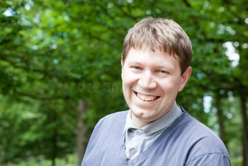 Download Młody Człowiek W Lato Ogródzie Zdjęcie Stock - Obraz złożonej z mądrze, atrakcyjny: 28953310