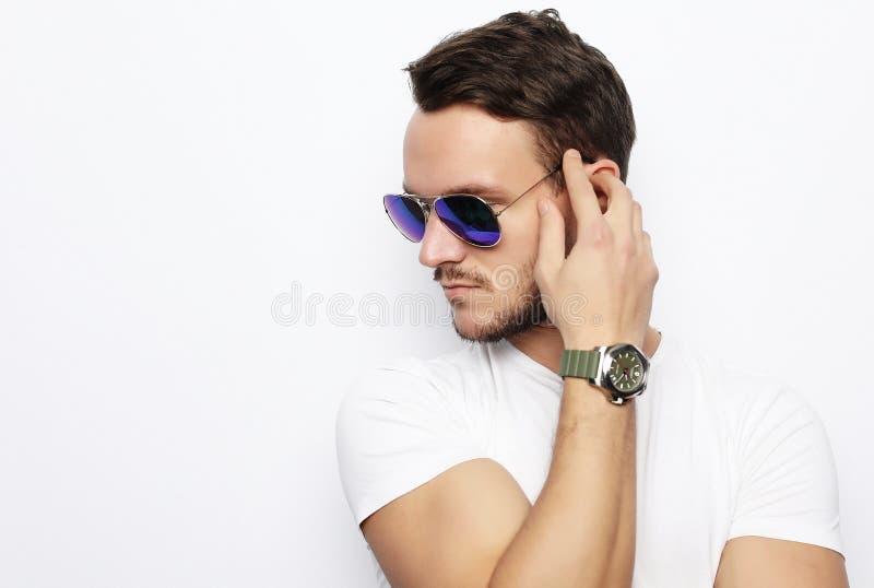 Młody człowiek w mądrze odzieży, jest ubranym moda okulary przeciwsłonecznych przeciw whit zdjęcie royalty free
