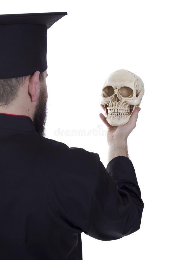 Młody człowiek w magisterskim kapeluszu z czaszką zdjęcia stock