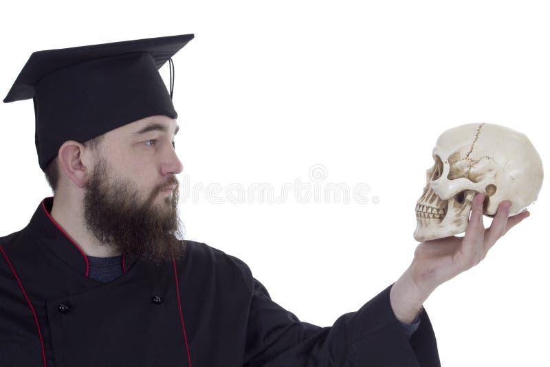 Młody człowiek w magisterskim kapeluszu z czaszką fotografia royalty free