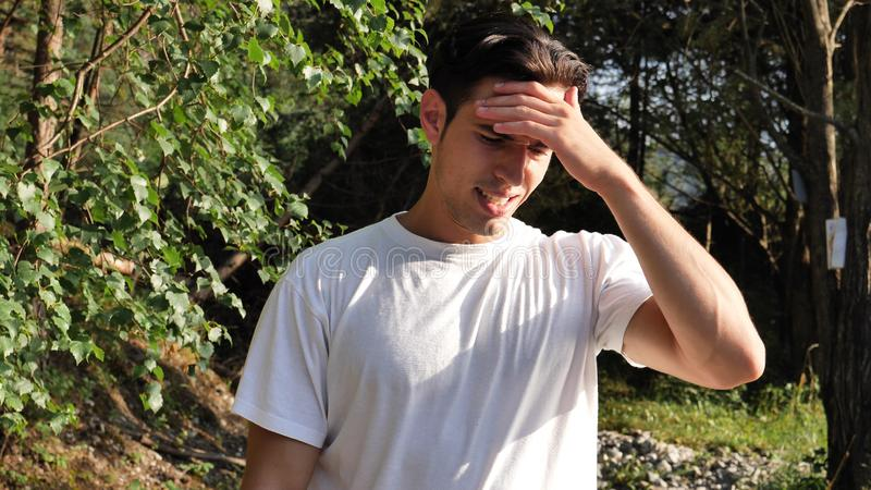 Młody człowiek w natury cierpieniu od migreny fotografia royalty free