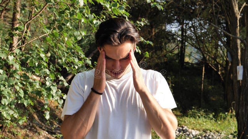 Młody człowiek w natury cierpieniu od migreny fotografia stock