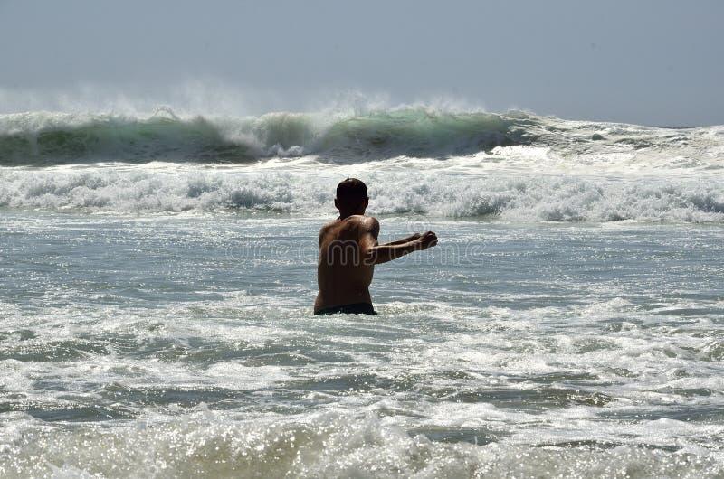 Młody człowiek w oceanie fotografia stock