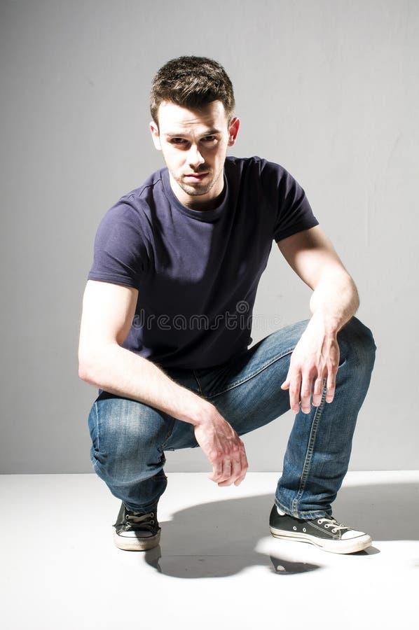 Młody człowiek w przypadkowej odzieży zdjęcia stock
