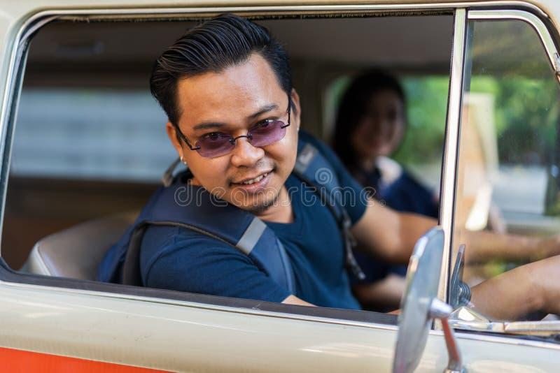 Młody człowiek w rocznika samochodzie dostawczym obraz stock