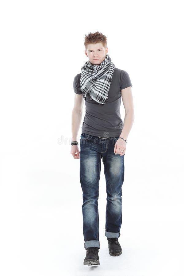 Młody człowiek w szaliku i koszulce, pewnie iść naprzód zdjęcia royalty free