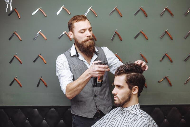Młody Człowiek w zakład fryzjerski Włosianej opieki usługa pojęciu zdjęcia stock