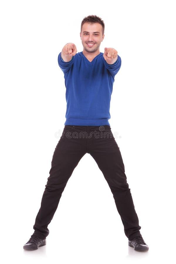 Download Młody Człowiek Wskazuje Przy Camer Zdjęcie Stock - Obraz złożonej z chłodno, kierunek: 28955490