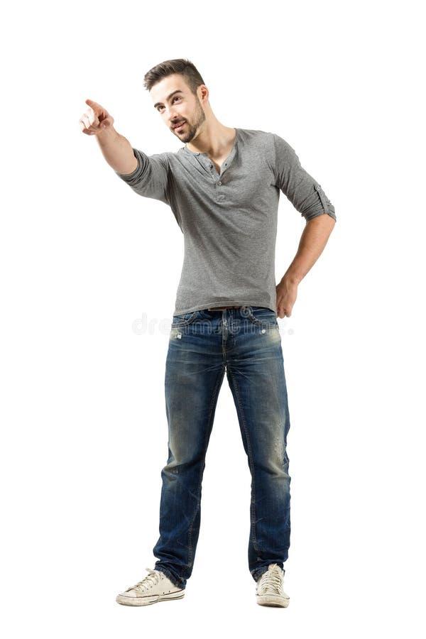 Młody człowiek wskazuje przy coś w odległości obraz stock