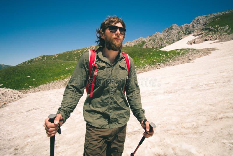 Młody Człowiek wycieczkuje plenerowego podróż stylu życia pojęcie z plecakiem zdjęcie stock