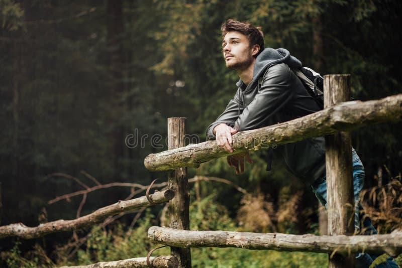 Młody człowiek wycieczkuje w lesie zdjęcie stock