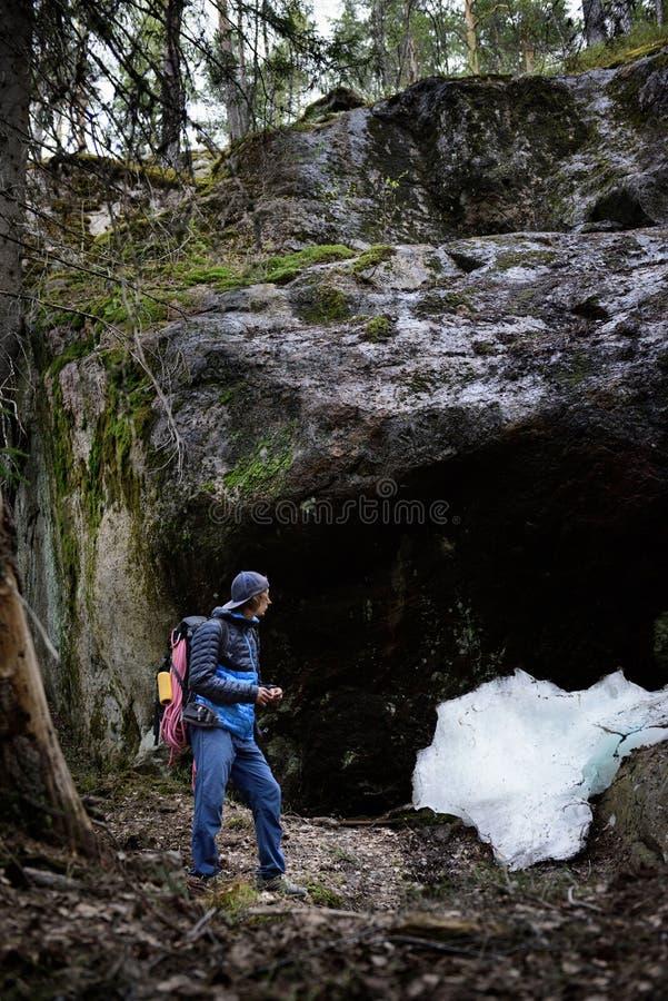 Młody człowiek wycieczkuje w Scandinavia krajobrazie Skały chować w f fotografia stock