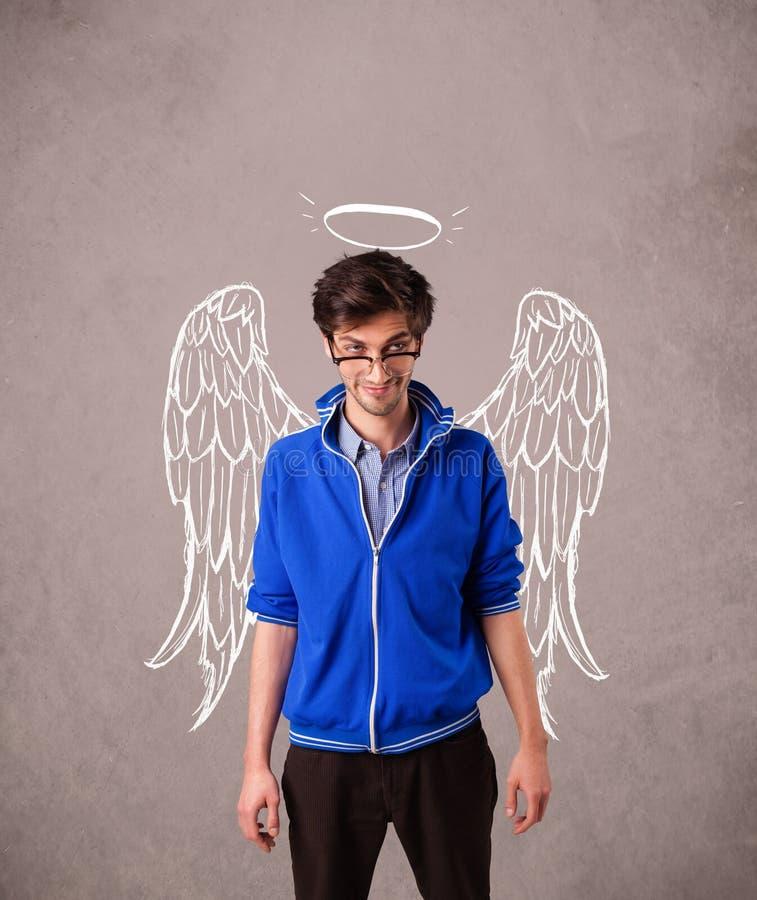 Młody człowiek z aniołowie ilustrującymi skrzydłami obrazy stock
