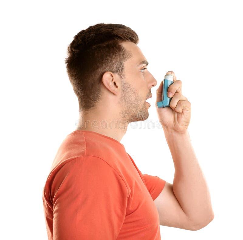 Młody człowiek z astmą używać inhalator fotografia royalty free