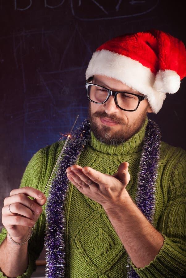 Młody człowiek z brodą w zielonym trykotowym pulowerze fotografia royalty free