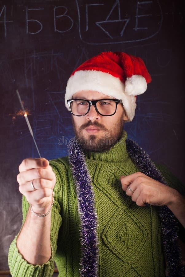 Młody człowiek z brodą w zielonym trykotowym pulowerze obrazy stock