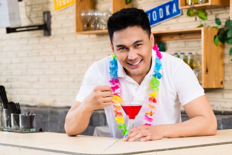 Młody człowiek z czerwonym koktajlu szkłem zdjęcia stock