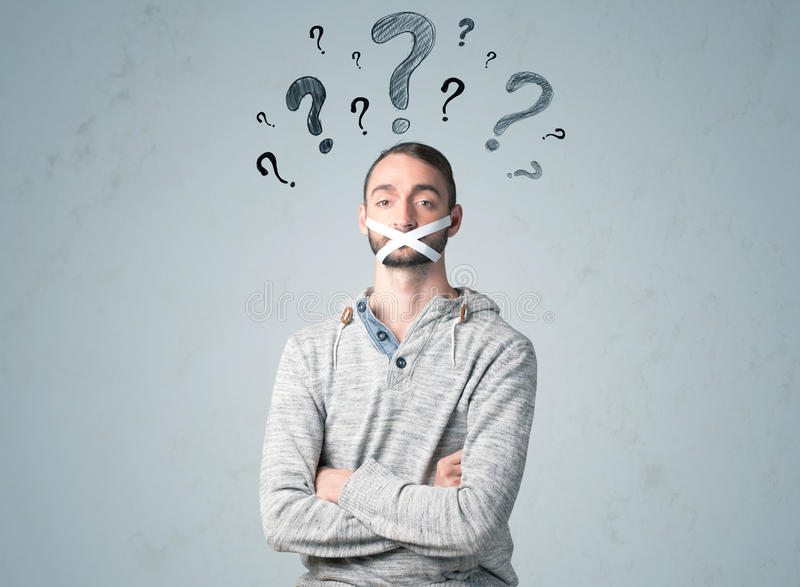 Młody człowiek z kleiącymi usta i znaka zapytania symbolami zdjęcie stock