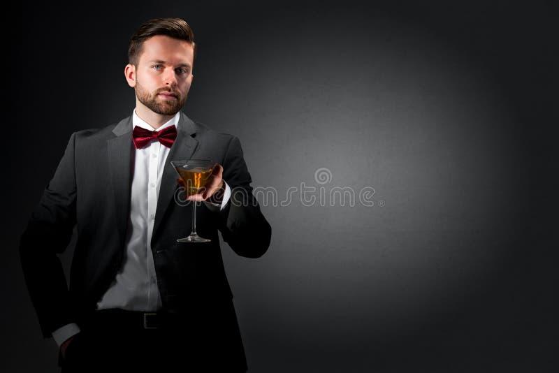 Młody człowiek z koktajlu szkłem fotografia royalty free