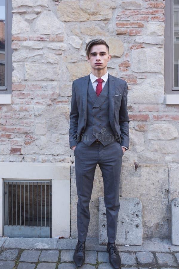 Młody człowiek z kostiumem w miastowym miejscu obraz royalty free