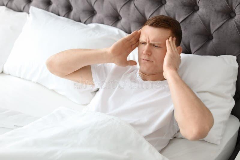 Młody człowiek z migreny lying on the beach obrazy royalty free
