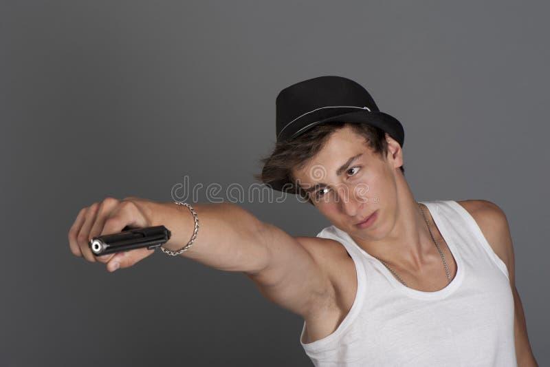 Młody człowiek z pistoletem w jego ręce zdjęcia royalty free