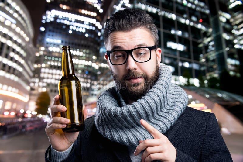 Młody człowiek z piwną butelką zdjęcie stock