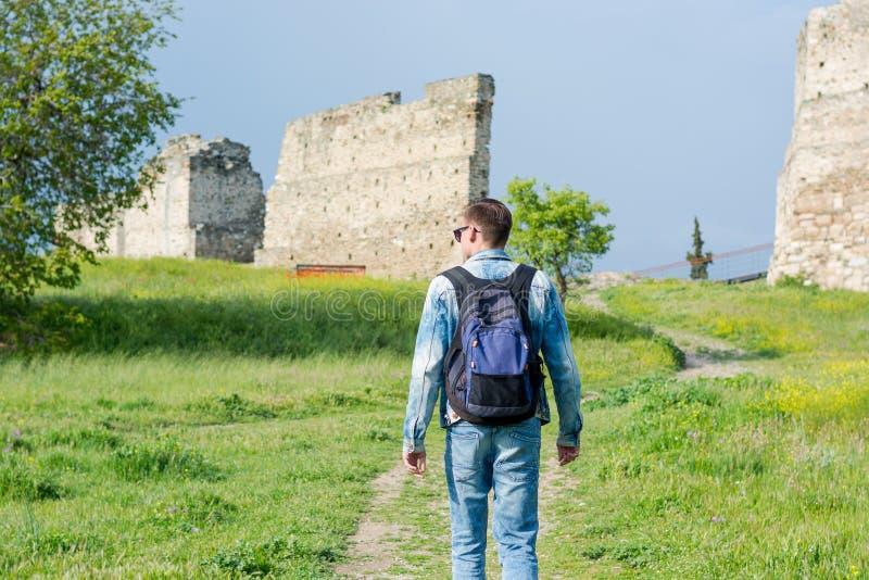 Młody człowiek z plecakiem, turysta, iść wzdłuż ścieżki Trigonion wierza w Górnym Grodzkim fortecy w Saloniki, obrazy stock