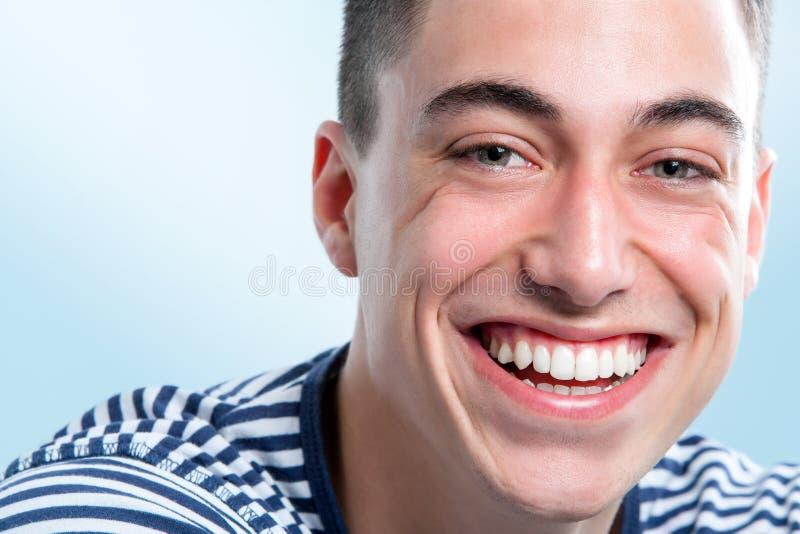 Młody człowiek z powabnym uśmiechem zdjęcia royalty free