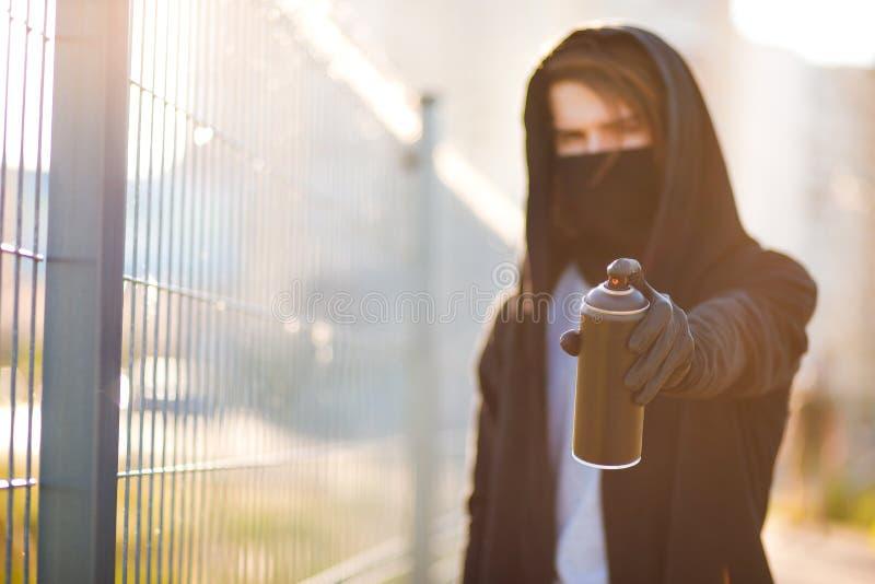 Młody człowiek z puszki kiścią w ręce Zakończenie zdjęcia stock