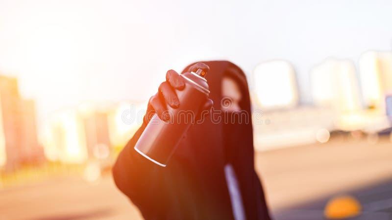 Młody człowiek z puszki kiścią w ręce Zakończenie zdjęcie stock