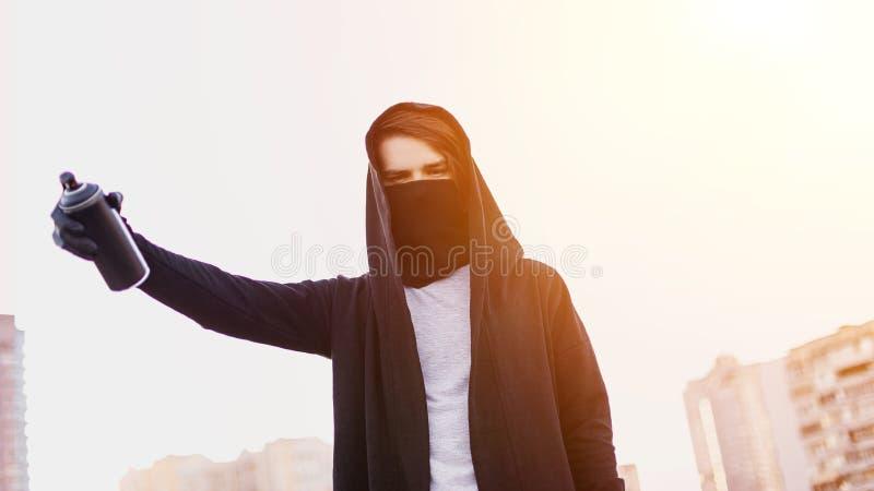 Młody człowiek z puszki kiścią w ręce Zakończenie zdjęcie royalty free