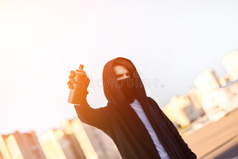 Młody człowiek z puszki kiścią w ręce Zakończenie obrazy stock