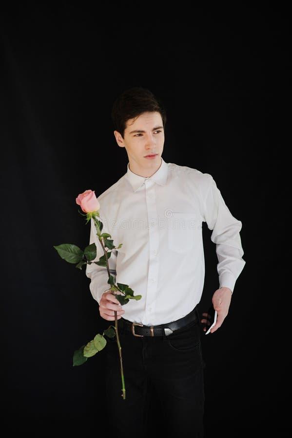 Młody człowiek z telefonem i różą zdjęcia royalty free