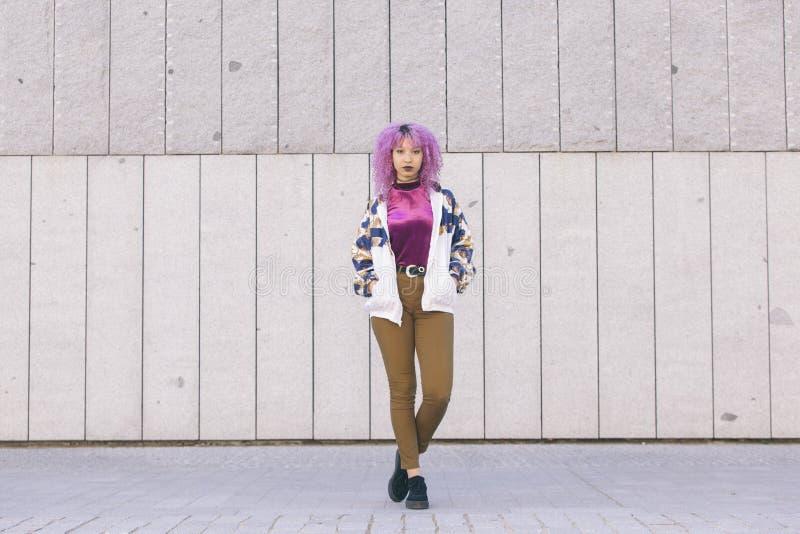 Młody czerń model z afro włosianą pozycją na ulicie obraz royalty free