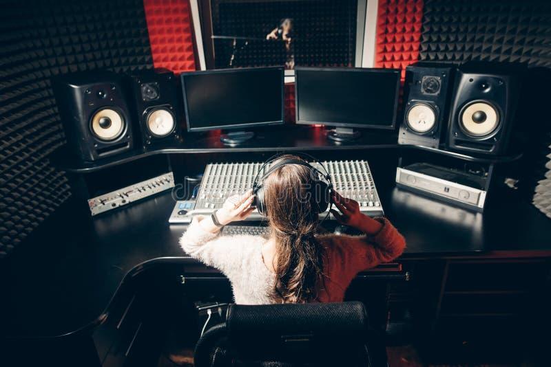 Młody DJ reguluje muzykę obrazy stock