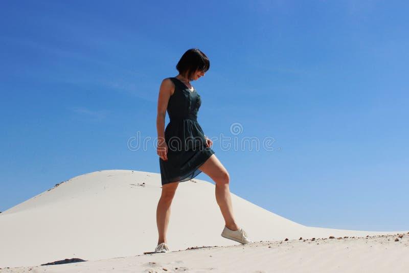 Młody dorosły brunetki kobiety odprowadzenie na piasek diunach fotografia stock