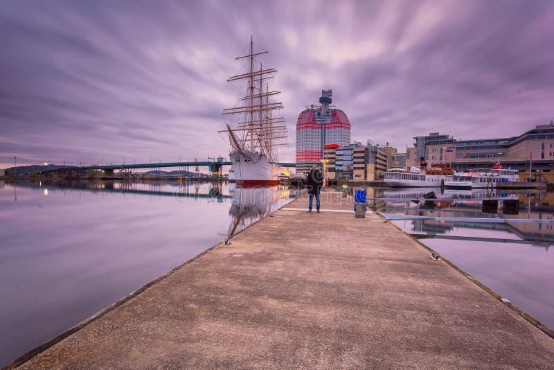 Młody dorosły turystyczny insfront Lilla Bommen, Gothenburg, Szwecja zdjęcia royalty free