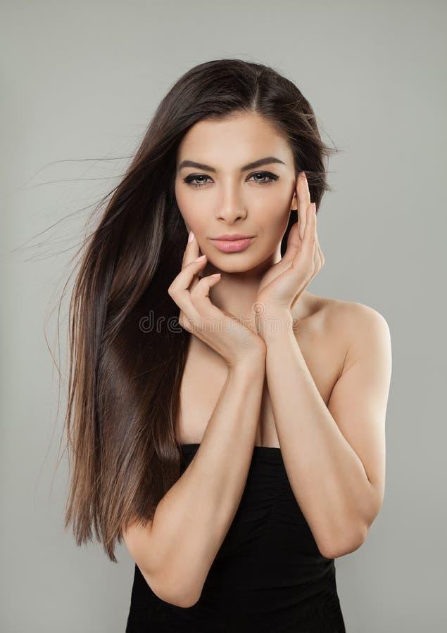 Młody Doskonalić Wzorcowej kobiety jest ubranym czerni suknię zdjęcie royalty free