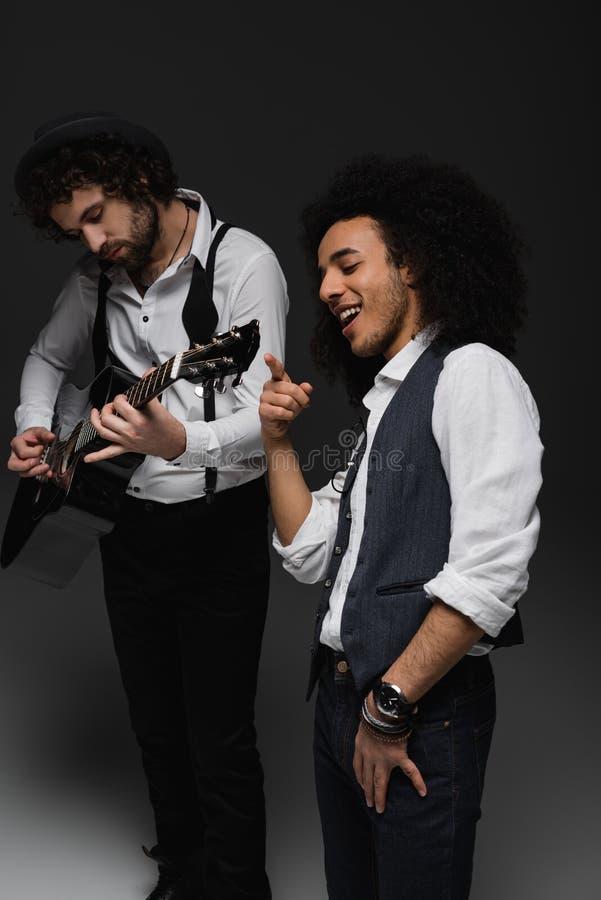 młody duet muzycy bawić się gitarę i śpiew fotografia royalty free