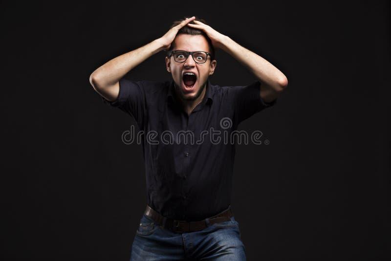 Młody ekspresyjny mężczyzna pokazuje rękami zdjęcie stock