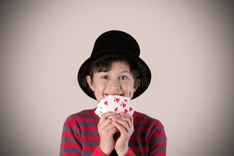Młody ekspresyjny magik z kartami obrazy stock