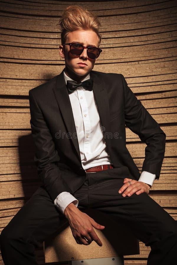 Młody elegancki biznesowy mężczyzna jest ubranym suglasses obrazy royalty free