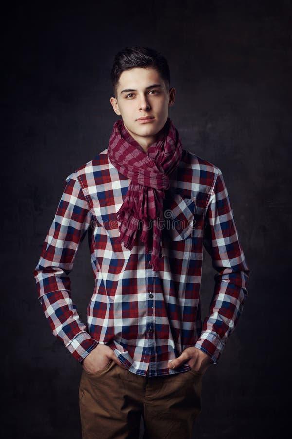 Młody elegancki przystojny mężczyzna zdjęcie stock