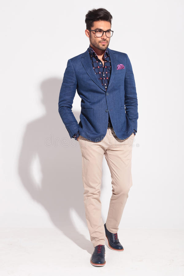 Młody elegancki wzorcowy jest ubranym kostium w odprowadzenie pozie zdjęcie stock
