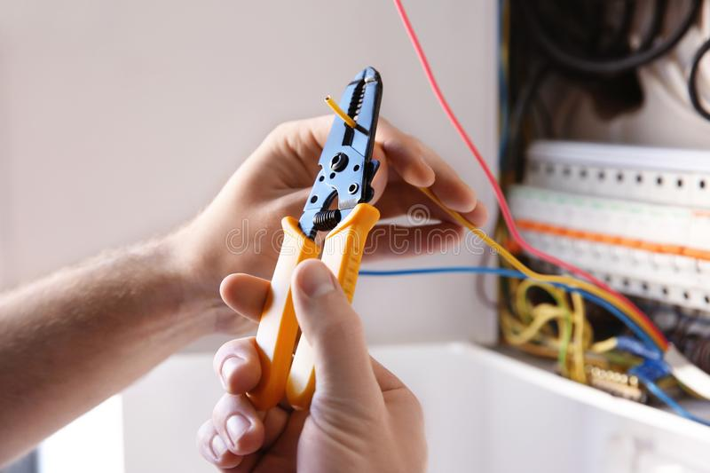 Młody elektryka odskórzanie drut obraz royalty free