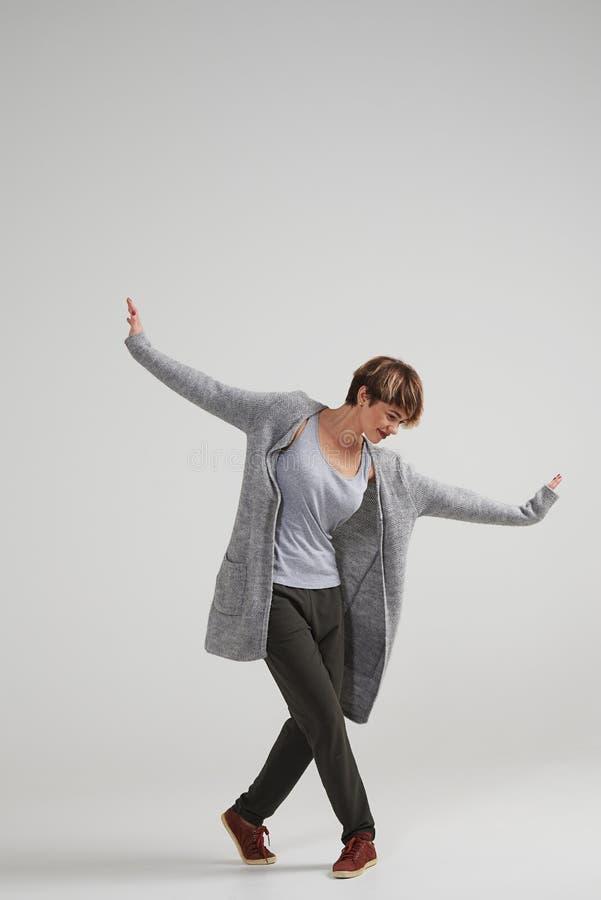 Młody energiczny kobiety spełniania taniec przy studiiem obraz stock
