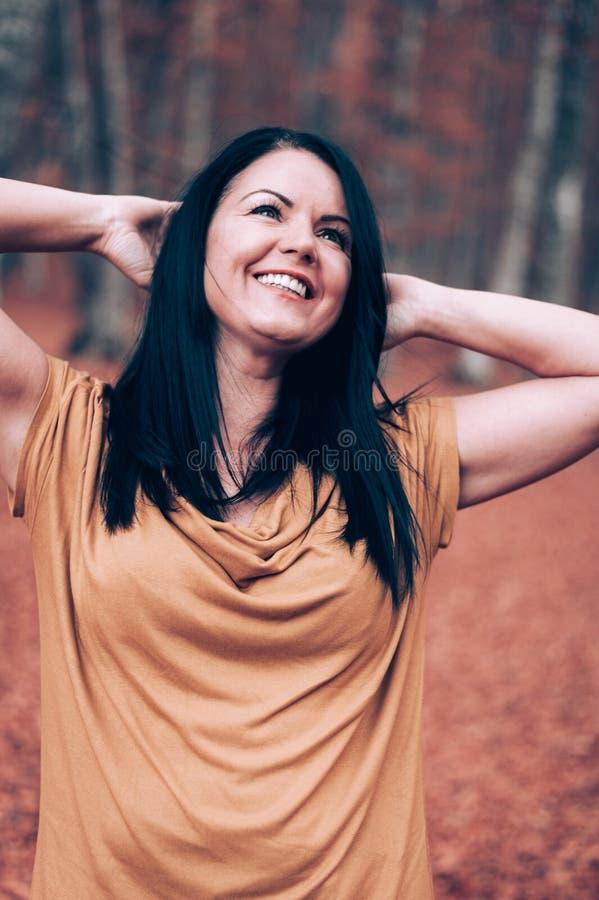 Młody Europejski kobiety jesieni portret z udziałami ulistnienie zdjęcia royalty free
